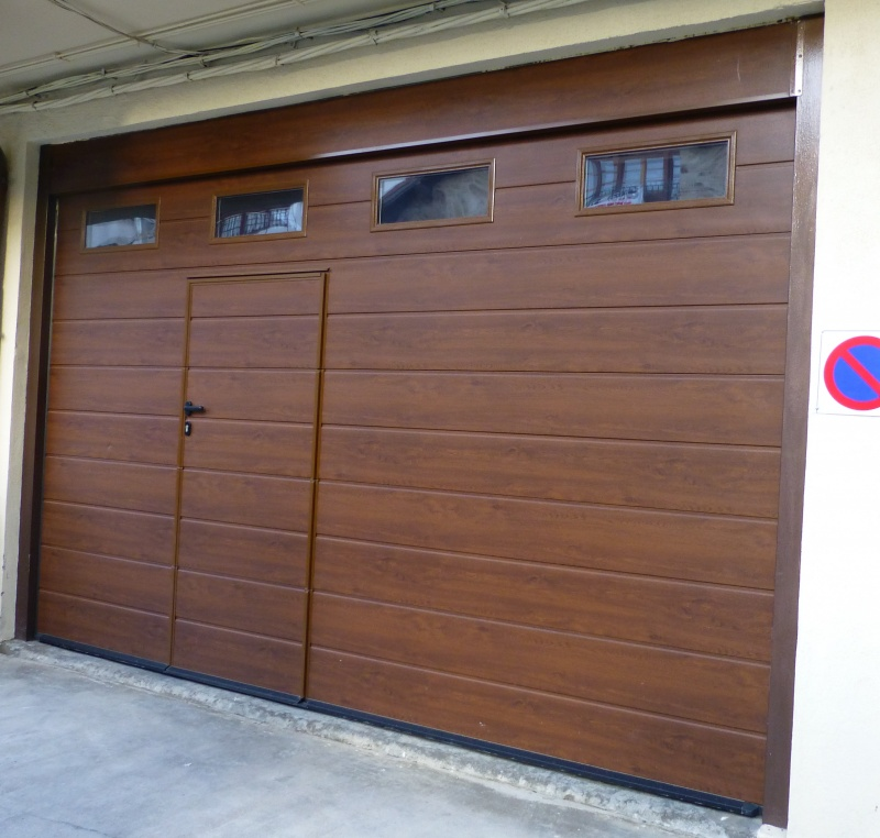 Puertas residenciales seccionales madera for Modelos de puertas metalicas con madera